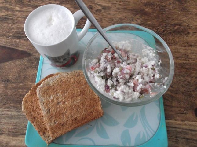 tost+twarozek+warzywa+kawa